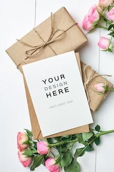 Makieta z życzeniami z pudełkami i kwiatami róż