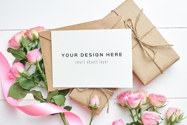 Makieta z życzeniami z pudełkiem i kwiatami róż