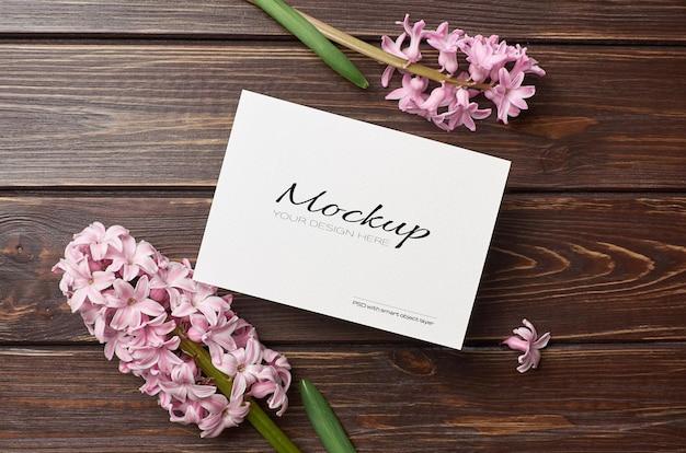 Makieta z życzeniami z różowym kwiatem hiacyntu