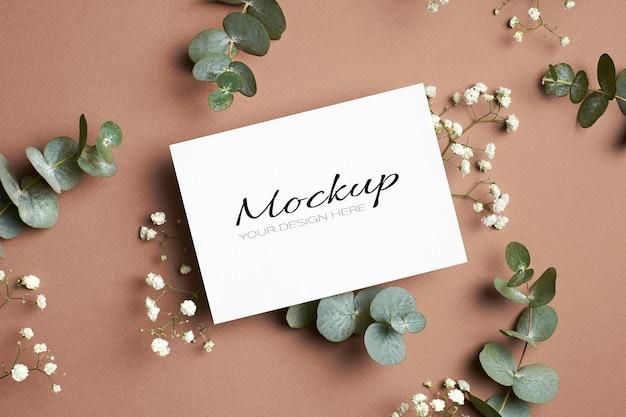 Makieta zaproszenia lub karty z pozdrowieniami z eukaliptusem i białą hypsofilią