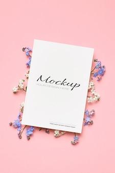 Makieta zaproszenia lub karty z pozdrowieniami z gałązek wiosennych kwiatów wiśni na różowo