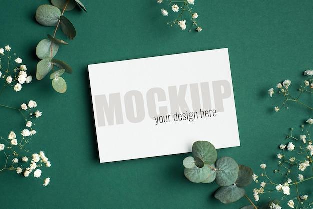 Makieta zaproszenia lub karty z pozdrowieniami z gałązkami eukaliptusa i hipsofili na zielono