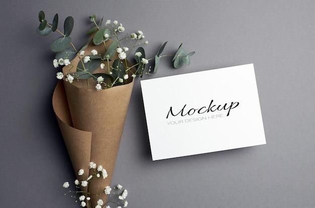 Makieta zaproszenia lub karty z pozdrowieniami z gałązkami eukaliptusa i hypsophila