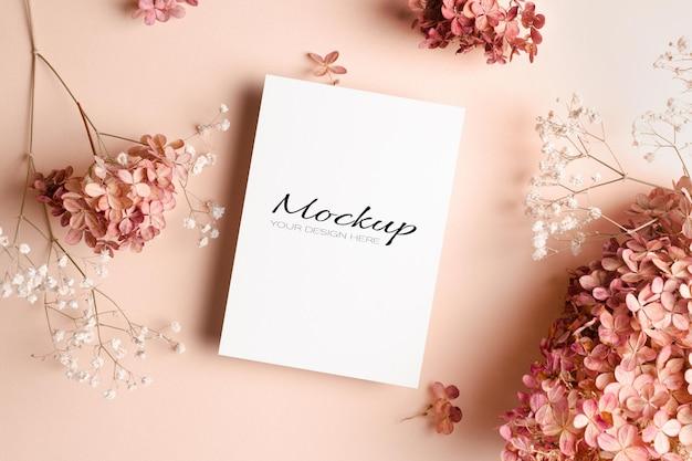 Makieta zaproszenia lub karty z pozdrowieniami z kwiatami gipsówki i hortensji