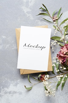 Makieta zaproszenia lub karty z pozdrowieniami z kwiatami koperty, eukaliptusa, gipsówki i hortensji