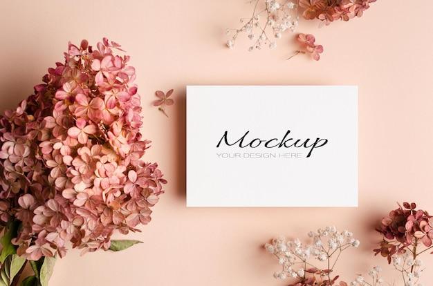 Makieta zaproszenia lub karty z pozdrowieniami z różowymi kwiatami gipsówki i hortensji