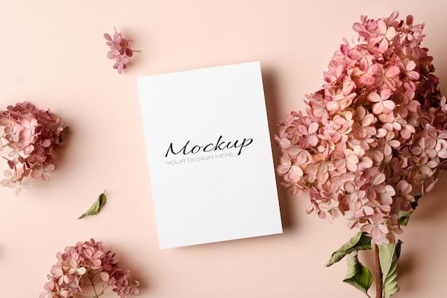 Makieta zaproszenia lub karty z pozdrowieniami z różowymi kwiatami hortensji