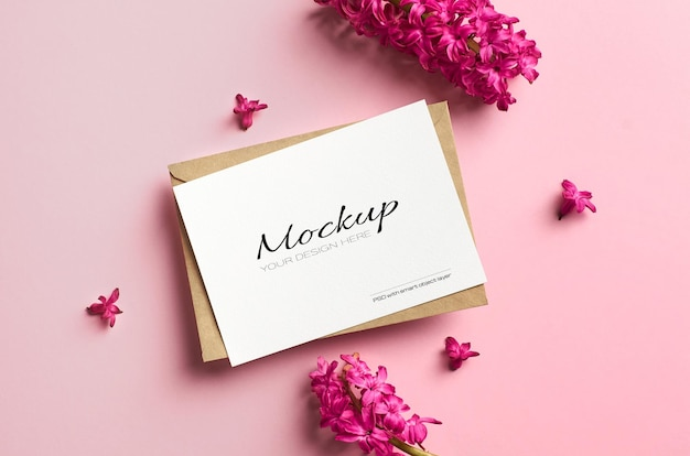 Makieta zaproszenia lub karty z pozdrowieniami z wiosennych kwiatów hiacyntu na różowym tle papieru