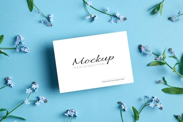 Makieta zaproszenia lub karty z pozdrowieniami z wiosennymi kwiatami niezapominajek na niebiesko