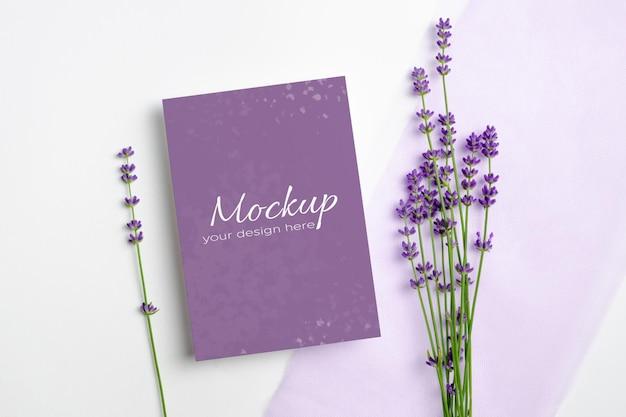 Makieta zaproszenia lub karty z pozdrowieniami ze świeżymi kwiatami lawendy