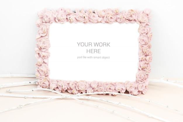 Makieta zdjęcie z różowym kwiatem róży