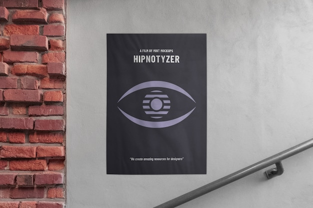 Makieta zewnętrznego pionowego plakatu reklamowego na elewacji z cegły i betonowej ściany w pobliżu przejścia schodów