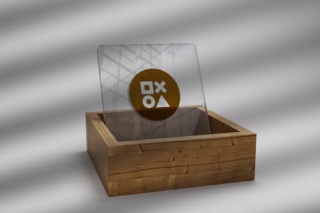 Makieta złota logo na szkle na drewnianym stole