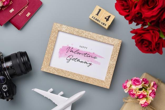Makieta złota ramka na zdjęcia z podróży na walentynki i sezon miłosny