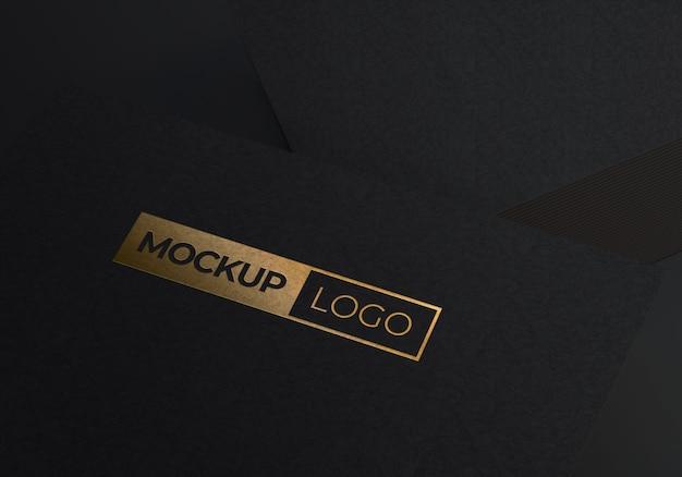 Makieta złote logo na czarnym papierze z teksturą