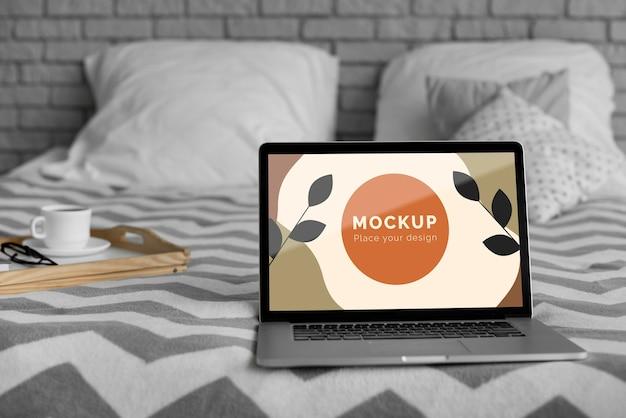 Makiety laptopa na łóżku
