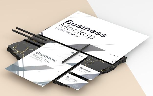 Makiety papeterii biznesowej i czarne ołówki