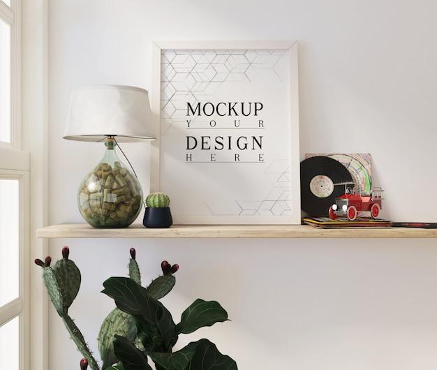 Makiety plakatów w nowoczesnym białym salonie z dekoracjami i donicami