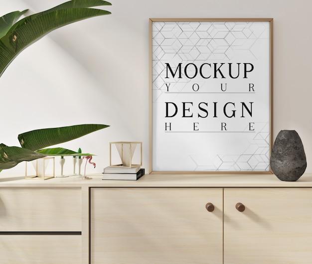 Makiety plakatów w nowoczesnym białym salonie z szafką z bliska