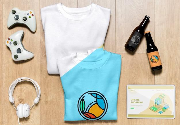 Makiety składanych bluzy z góry z gadżetami i butelkami