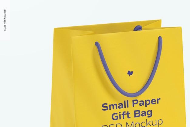 Mała papierowa torba prezentowa z makietą z uchwytem liny, z bliska
