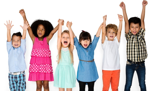 Małe dzieci z rękami w górze