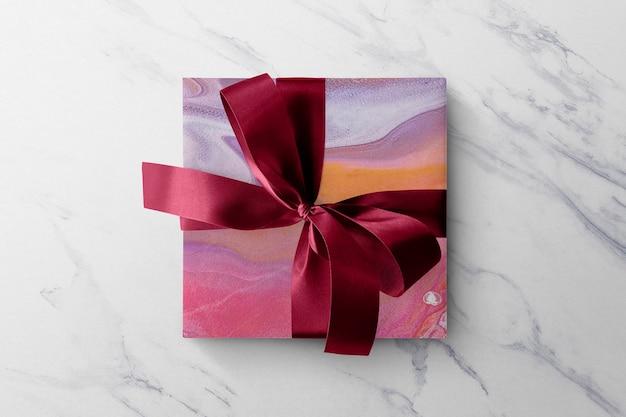 Marmurowe pudełko upominkowe makieta psd w kolorze różowym ze wstążką diy eksperymentalna sztuka