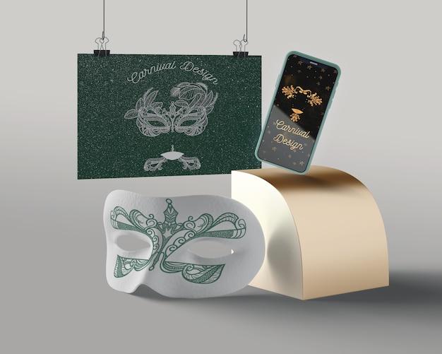 Maska i telefon o karnawałowym designie