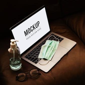 Maska medyczna na laptopie z ekranem makiety