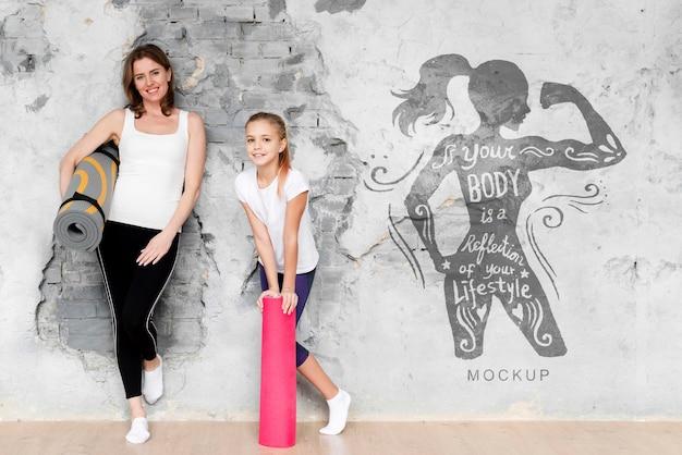 Matka i córka robi makiety sportu