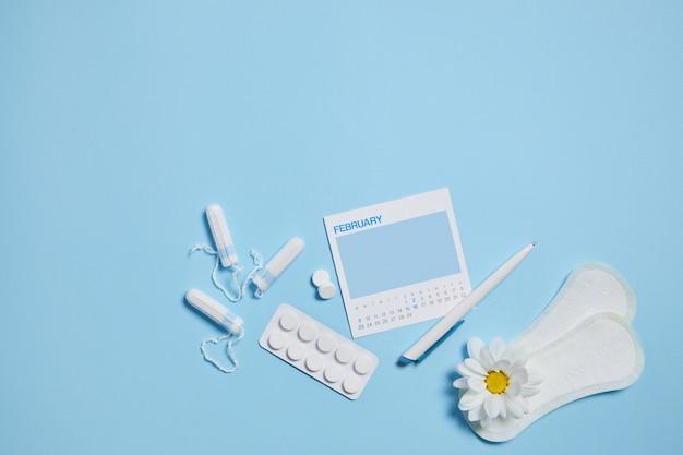Menstruacyjny tampon sanitarny, podkładka, tabletki przeciwbólowe