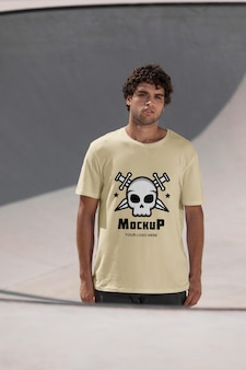 Męski skateboardzista z makietą koszulki