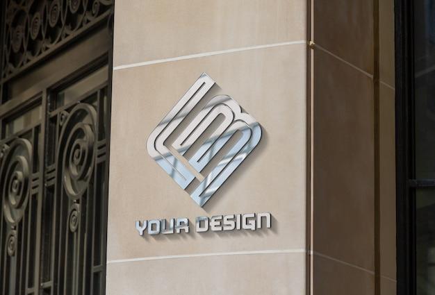 Metalowe logo na firmowej ścianie. makieta