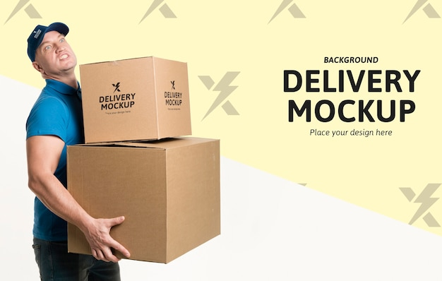 Mężczyzna dostawy posiadający niektóre pudełka z makietą tła