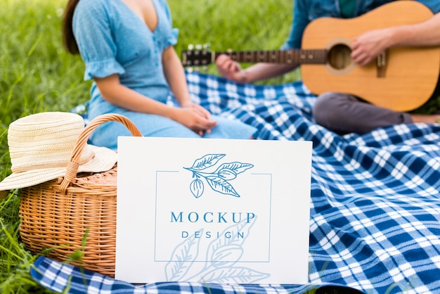 Mężczyzna gra makieta piknik na gitarze