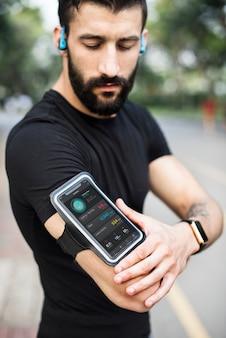 Mężczyzna jest ubranym smartphone armband