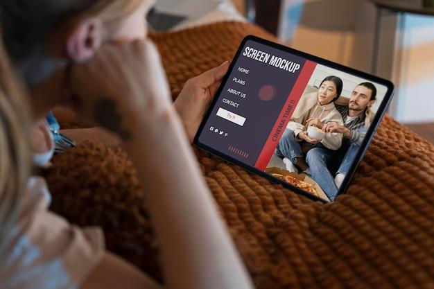 Mężczyzna oglądający netfliksa na ekranie makiety