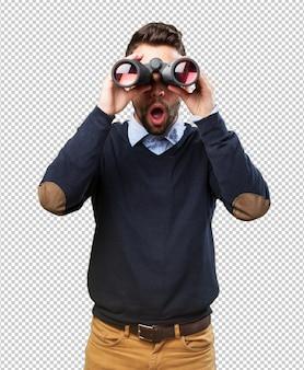 Mężczyzna patrząc przez lornetkę