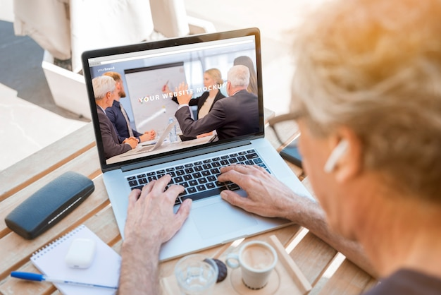 Mężczyzna patrzeje laptopu mockup
