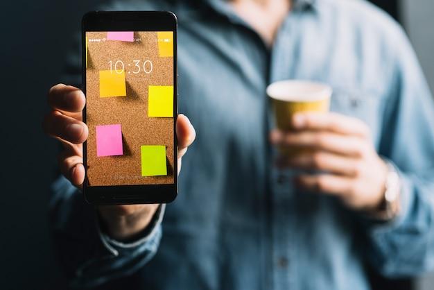 Mężczyzna pokazuje smartphone szablon