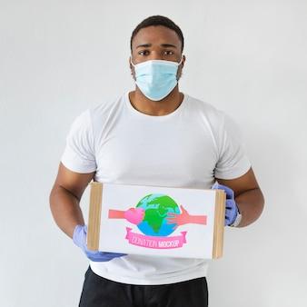 Mężczyzna pomagający w darowiznach