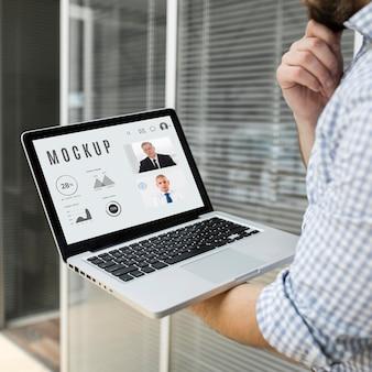 Mężczyzna pracujący nad makietą swojego laptopa