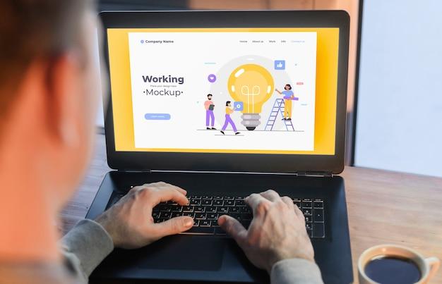 Mężczyzna pracuje od domu na laptopie