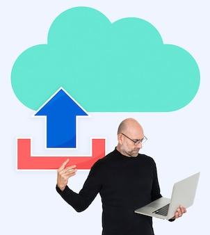 Mężczyzna przesyłający do sieci w chmurze