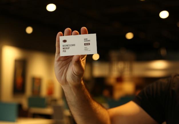 Mężczyzna ręki trzymającej wizytówkę makieta psd