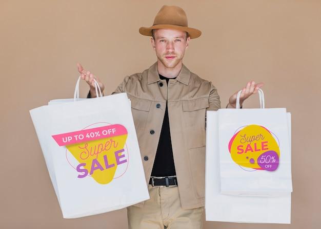 Mężczyzna robi zakupy w kampanii sprzedażowej