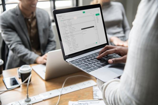 Mężczyzna sprawdza jego emaila na laptopie