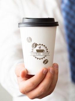 Mężczyzna trzyma filiżanki kawy zakończenie