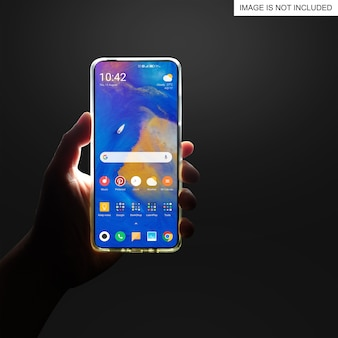 Mężczyzna trzyma smartfon w ręku