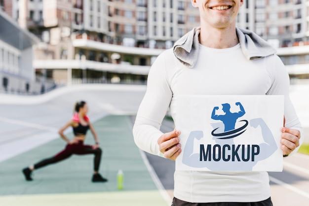 Mężczyzna trzyma widok z przodu makiety fitness